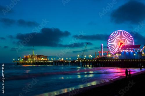 Fototapete Amusement park on the pier in Santa Monica at night, Los Angeles, California, USA
