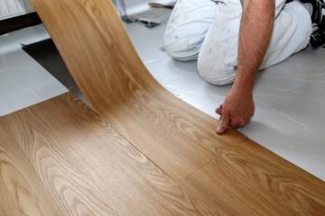 Ein PVC-Boden wird verlegt