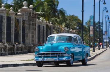 Garden Poster Cars from Cuba Blauer Oldtimer fährt auf der berühmten Promenade Malecon in Havanna Kuba - Serie Kuba Reportage