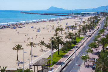 Fotobehang Algerije Paisaje de playa con paseo marítimo hacia el puerto