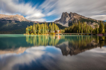 Emerald Lake with Emerald Lake Lodge on the little island in Yoho National Park, British Columbia. Fototapete