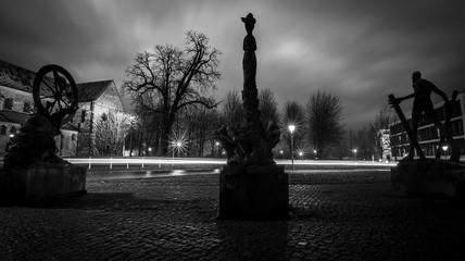 Lichtspuren fahrender Autos an der Klosterkirche in Magdeburg bei Nacht (schwarzweiss)