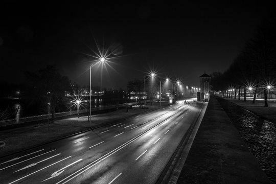 Schleinufer an der Elbe in Magdeburg bei Nacht (schwarzweiß)