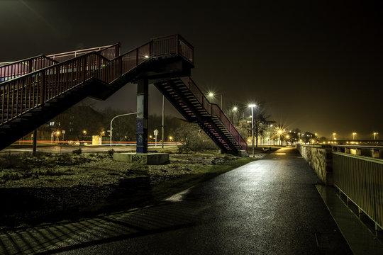 Fußgängerbrücke an der Elbe in Magdeburg bei Nacht