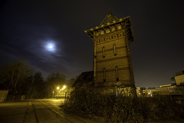Historischer alter Turm am Elbufer in Magdeburg bei Nacht