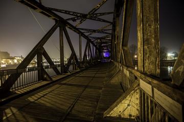 Beleuchtete Brücke in Magdeburg