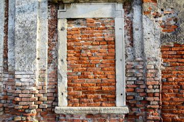 Alte Ziegelwand mit zugemauertem Fenster