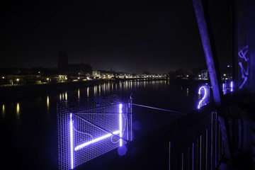Beleuchtete Hubbrücke in Magdeburg