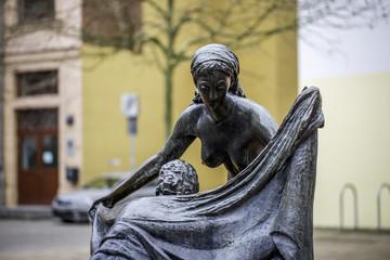 Zwei nackte Frauen trocknen sich ab - Faunbrunnen (Magdeburg)