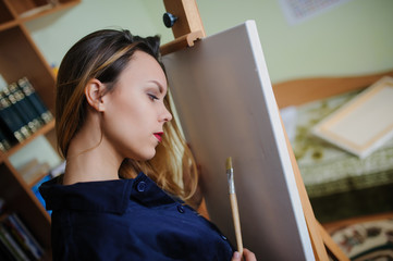 young woman artist begins to draw a new paint