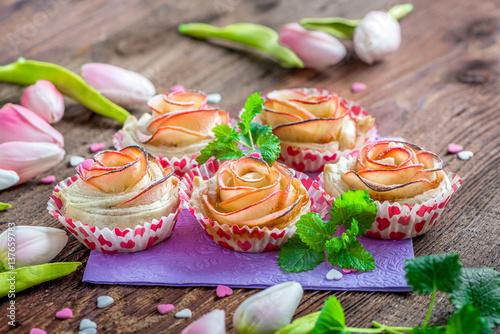 kleine kuchen aus apfel und bl tterteig in form einer rose apfelrose cupcake immagini e. Black Bedroom Furniture Sets. Home Design Ideas