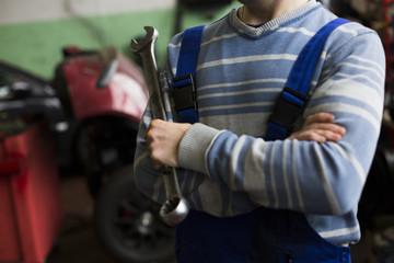 Ein Mechniker in der Werkstatt repariert das Auto