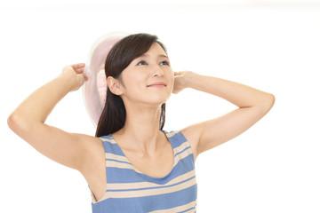 帽子を持つ笑顔の女性