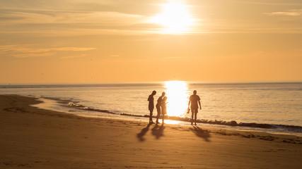 Groep mensen op het strand van Ameland tijdens zonsondergang