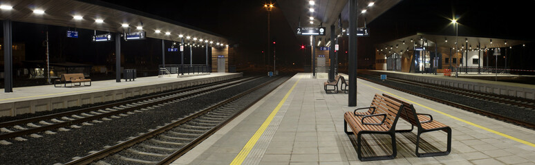 Photo sur Toile Gares Night railway station,
