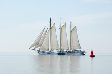 Groot zeilschip vaart op de rustige zee
