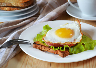 Завтрак, яичница, хлеб, бекон.