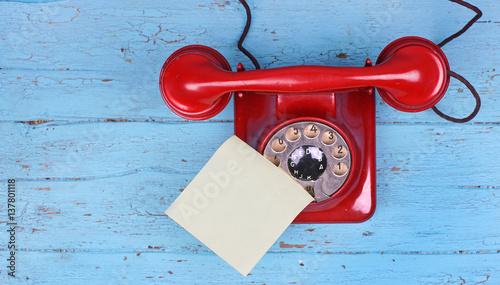 rotes altes telefon mit w hlscheibe und klebezettel f r infos stockfotos und lizenzfreie. Black Bedroom Furniture Sets. Home Design Ideas