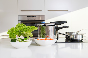 Pressure cooker and vegetables prepared to be cooked.
