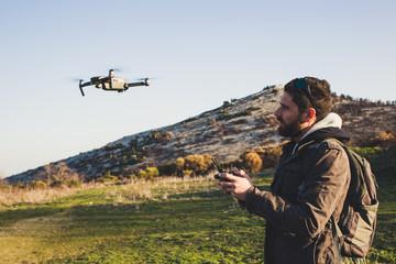 Homme pilote un drone