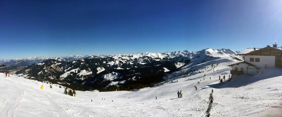 Winterlandschaft mit Ski-Piste Abfahrt, Skigebiet in den Alpen Tirol, Österreich