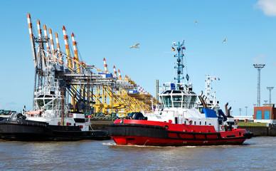 Schlepper im Containerhafen in Bremerhaven