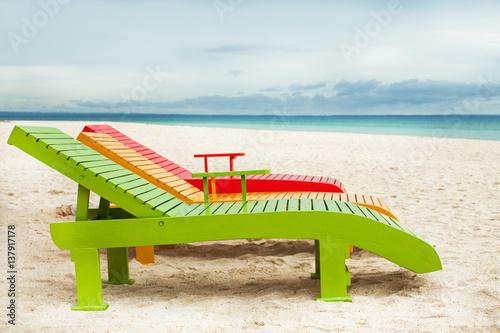Chaises longues sur une belle plage photo libre de for Chaises longues de plage