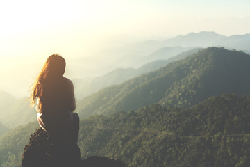 Keuken foto achterwand Ochtendgloren silhouette woman sitting on mountain in morning and vintage filter