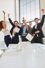 Geschäftsleute jubeln erfolgreich