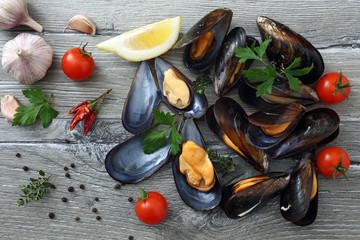 frutti di mare cozze  su tavolo grgio