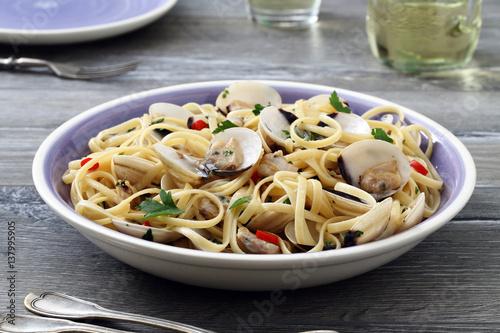 pasta spaghetti con le vongole sfondo tavolo di cucina grigio ...