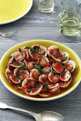 gastronomia mediterranea vongole pronte da mangiare sfondo tavolo grigio