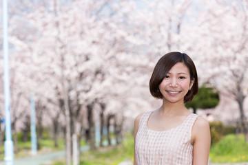 満開の桜と笑顔の女性  桜ノ宮公園