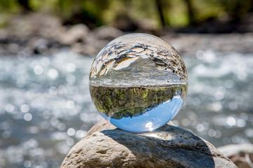 Gebirgsbach - Spiegelung in einer Kristallkugel