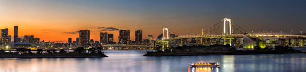 Panorama view of Tokyo city and Rainbow bridge at dusk time , Japan Fototapete