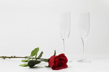 Calici di vino con rosa rossa