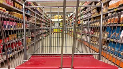 Fare la spesa al supermercato - carrello