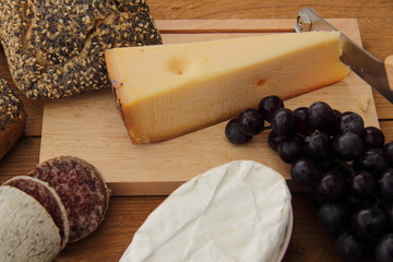 Mohnbrötchen mit  Käse auf Holzbrett