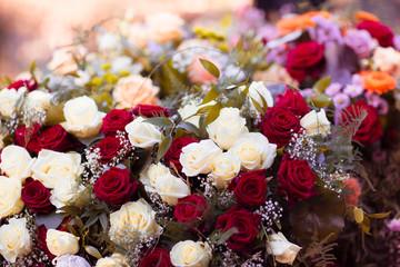 Weiße und Rote Rosen mit verschiedenen Blumen