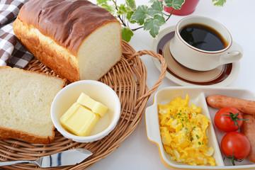 おいしそうなパンとコーヒー