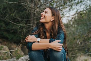 Chica feliz en medio del bosque