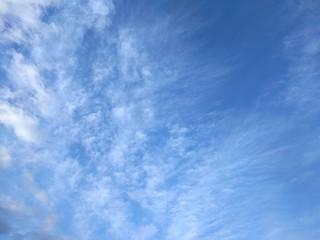 青空にはけ雲とスジ雲