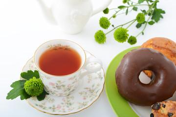 一杯の紅茶とスイーツ