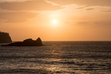 海岸から眺める美しい夕陽