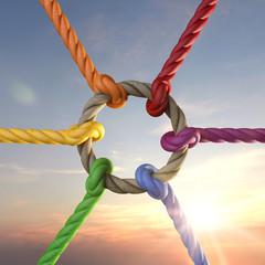 Seile mit Knoten als Symbol für Zusammenhalt