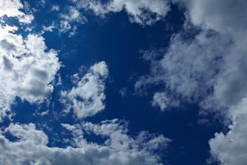 Blauer Himmel mit vielen Wolken