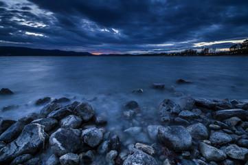Schöne Blaue Stunde am Bodensee mit Steinen am Seeufer