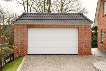 Garage mit einem weißen Rolltor