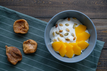Cottage cheese with yogurt, peaches, pumpkin seeds and figs