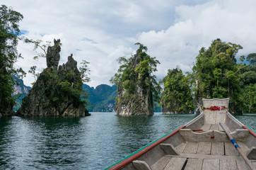 Felsen im Cheo Lan Lake in Khao Sok, Nationalpark, Thailand